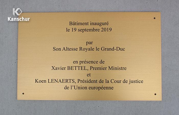 massives goldfarbig eloxiertes Alu-Schild mit Gravur für den Europäischen Gerichtshof in Luxemburg