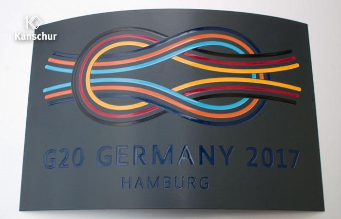 pulverbeschichtetes gebogenes Aluminiumschild mit 6-farbig hinterlegter Gravur für Rednerpult